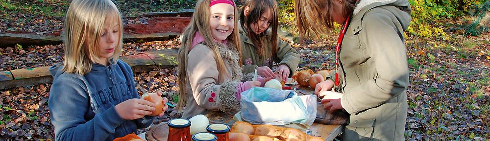 Kinder bereiten Essen vor.